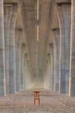 Sedia abbandonata sotto il ponte stradale Immagini Stock