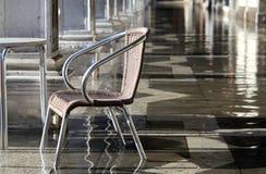 Sedia ad alta marea sotto le gallerie durante l'inondazione a Venezia Immagini Stock Libere da Diritti