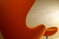 Sedia arancio della parte posteriore di livello con il poggiapiedi Fotografia Stock Libera da Diritti