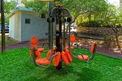 Sedia arancio di esercizio pubblico con la struttura di sostegno nera e grigia e cuscinetti arancio dei piedi di allenamento fotografie stock libere da diritti