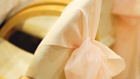 Sedia beige decorata con il nastro rosa closeup archivi video