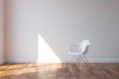Sedia bianca alla moda nell'interno minimalista di stile Fotografia Stock Libera da Diritti