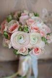 Sedia bianca con il bouqet del fiore Immagini Stock