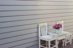 Sedia bianca e parete grigia fotografie stock