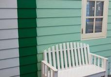 Sedia bianca e parete verde fotografie stock libere da diritti