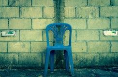 Sedia blu concentrare sul fondo del blocco in calcestruzzo Immagine Stock Libera da Diritti