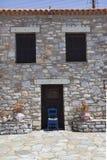 Sedia blu davanti alla casa greca tipica negli aggi Dimitrios Fotografia Stock