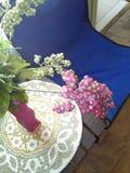 Sedia blu della tela accanto alla tavola coperta di stuoia e di vaso tessuti immagini stock libere da diritti