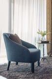 Sedia blu moderna con il cuscino marrone su tappeto Fotografie Stock