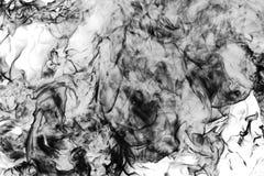 Sedia bruciata in un primo piano del fuoco su un fondo nero immagine stock
