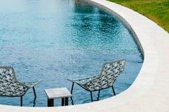 Sedia buona di progettazione moderna alla piscina dell'hotel fotografie stock