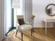 Sedia comoda moderna con una tavola e una lampada Fotografia Stock Libera da Diritti