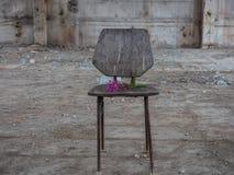 Sedia in costruzione abbandonata immagini stock