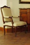 Sedia d'annata con disposizione bianca Fotografia Stock Libera da Diritti