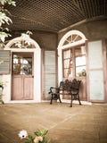 Sedia d'annata e bulding nel giardino di glover Fotografia Stock