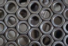 Sedia dai dadi d'acciaio saldati - vista superiore dettagliata sul sedile dado-fatto con le parti vaghe della struttura nei prece fotografia stock