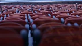 Sedia dei sedili dell'arena dello stadio File di disposizione dei posti a sedere spettatore arancio in uno stadio di sport stock footage