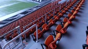 Sedia dei sedili dell'arena dello stadio File di disposizione dei posti a sedere spettatore arancio in uno stadio di sport archivi video
