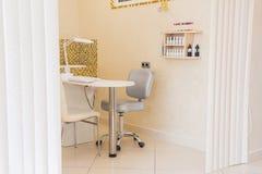 Sedia del manicure nel salone di bellezza immagine stock
