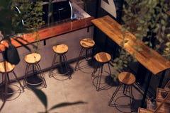 Sedia del negozio del caffè alla notte, alta forma per bere immagini stock