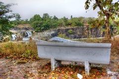 Sedia del parco del cemento con una vista fotografia stock libera da diritti