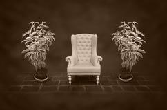 Sedia dell'annata in una stanza scura Fotografia Stock