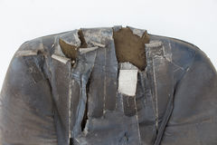 Sedia dello schienale del primo piano vecchio cuoio a di danno della sedia nera dell'ufficio Fotografie Stock
