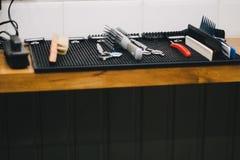 sedia di barbiere d'annata alla moda nell'interno Posto di lavoro del parrucchiere immagini stock libere da diritti