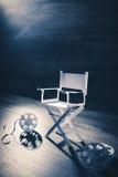 Sedia di carta di direttore su un fondo grigio bluastro Fotografia Stock Libera da Diritti