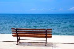 Sedia di giardino del metallo alla spiaggia Fotografie Stock Libere da Diritti