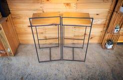 Sedia di legno alta con le gambe del ferro Fotografia Stock Libera da Diritti