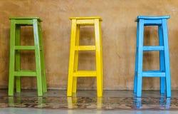 Sedia di legno alta variopinta Fotografie Stock Libere da Diritti