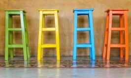 Sedia di legno alta variopinta Fotografia Stock