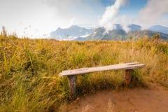 Sedia di legno con il Mountain View Fotografia Stock