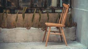 Sedia di legno d'annata all'aperto decorativa immagini stock