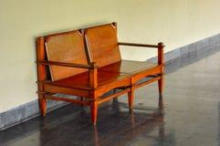 Sedia di legno da rilassarsi in un monumento storico immagine stock libera da diritti