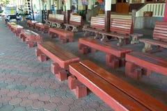 Sedia di legno della stazione ferroviaria fotografia stock