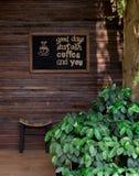 Sedia di legno in giardino verde sul pavimento di legno fotografia stock libera da diritti
