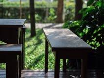 Sedia di legno in giardino verde sul pavimento di legno immagine stock