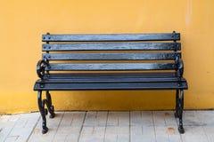 Sedia di legno nella parete arancio, fondo, Fotografie Stock
