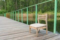 Sedia di legno sul pilastro Fotografia Stock Libera da Diritti