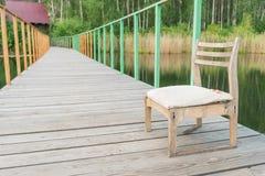 Sedia di legno sul pilastro Immagini Stock Libere da Diritti