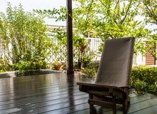 Sedia di legno sul terrazzo immagine stock