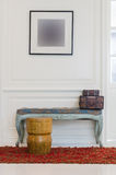 Sedia di legno sull'insieme della mobilia e del tappeto rosso Immagine Stock Libera da Diritti