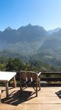Sedia di legno sulla montagna Fotografia Stock