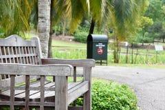 Sedia di legno in un parco immagine stock libera da diritti