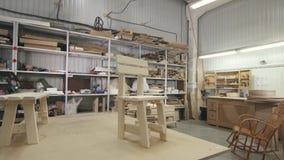 Sedia di legno di vista in un'officina della mobilia archivi video