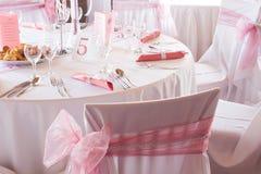 Sedia di nozze e regolazione splendide della tavola per pranzare fine Fotografie Stock