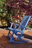 Sedia di oscillazione blu su un patio di pietra Fotografie Stock Libere da Diritti