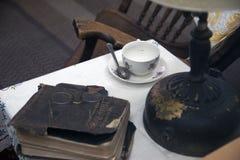 Sedia di oscillazione d'annata della tavola della lampada della bibbia santa Immagini Stock